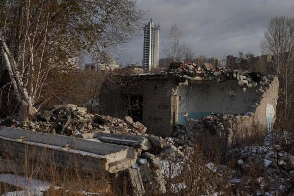 Сегодня вокруг разрушенного завода выросли современные здания