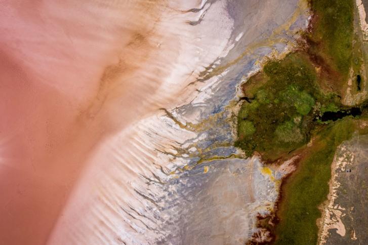Местные жители говорят, что самый яркий оттенок озеро приобретает в августе