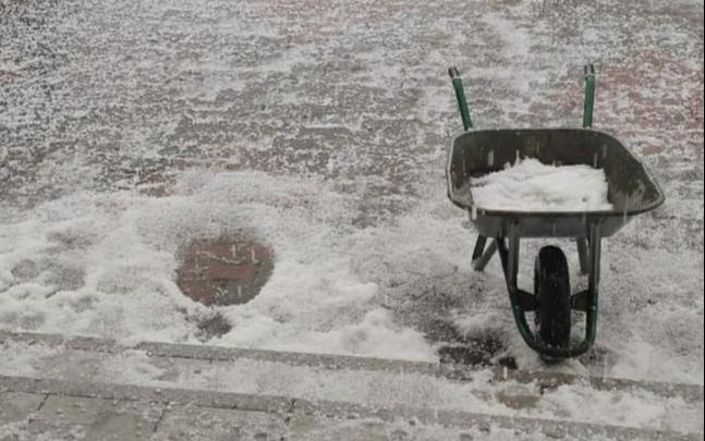 «Лето у нас было в апреле и мае»: 1 июня на Красноярск обрушился град. Подборка фото и видео