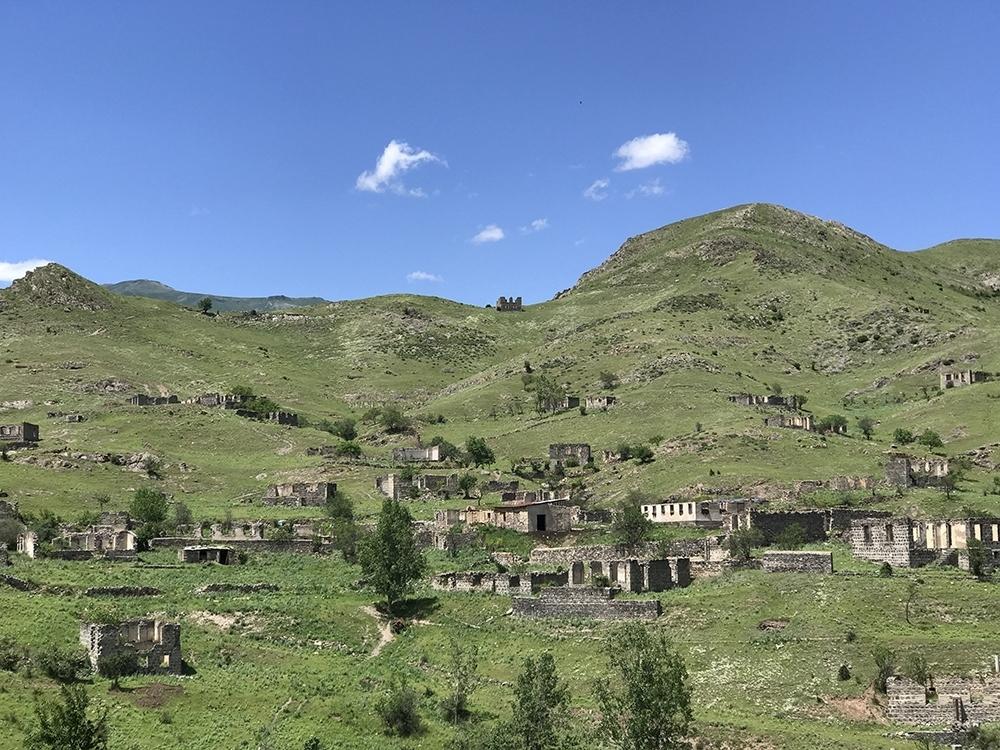 Город Кельбаджар когда процветал и принимал толпы туристов. Сейчас он в руинах