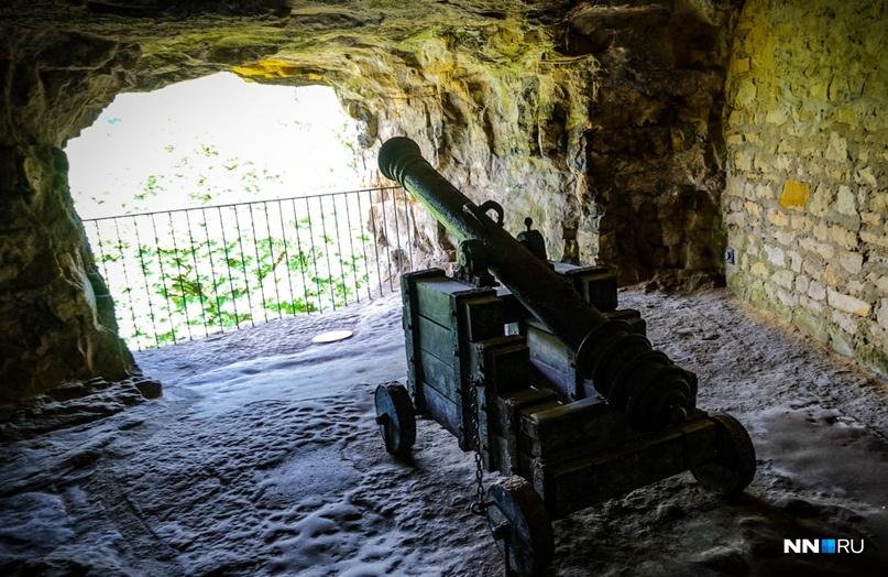 Вся скала испещрена многочисленными выходами и отверстиями, из которых открывается миленький вид на долину Люксембурга.