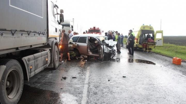 Две фуры растянули машину в разные стороны: как спасали участников смертельного ДТП на новосибирской трассе