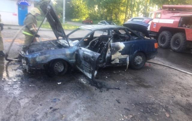 В Ярославской области загорелся автомобиль: видео с места