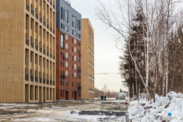 Все дома в комплексе стоят под небольшим углом друг к другу и к улицам