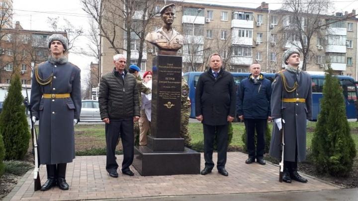 В Ростове открыли памятник Герою России Дмитрию Петрову, погибшему в Аргунском ущелье