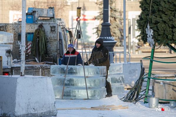 Над праздничной атмосферой вовсю работают создатели ледового городка, но выходного в подарок ждать не приходится никому