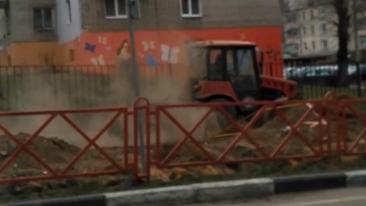 «Люди закрывали окна»: коммунальщикам, поднявшим пыль в воздух, депутат посоветовал включить мозги