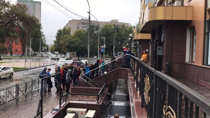 Осколки и «жесткая вонь»: архангелогородцы видели нападение на штаб кандидатов в депутаты Новосибирска