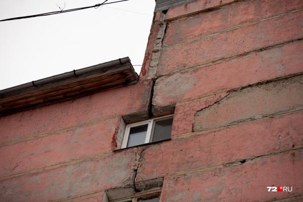 По словам тюменцев, плиты разошлись уже на 40 сантиметров