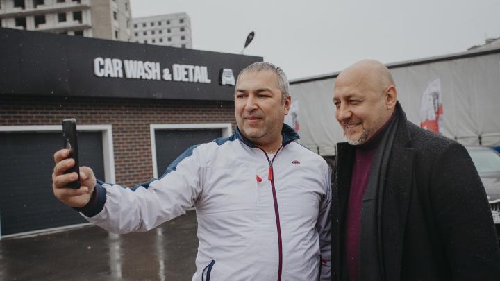 Испытания вехоткой: таксисты заработали 43000рублей, катая по Новосибирску московского телеведущего