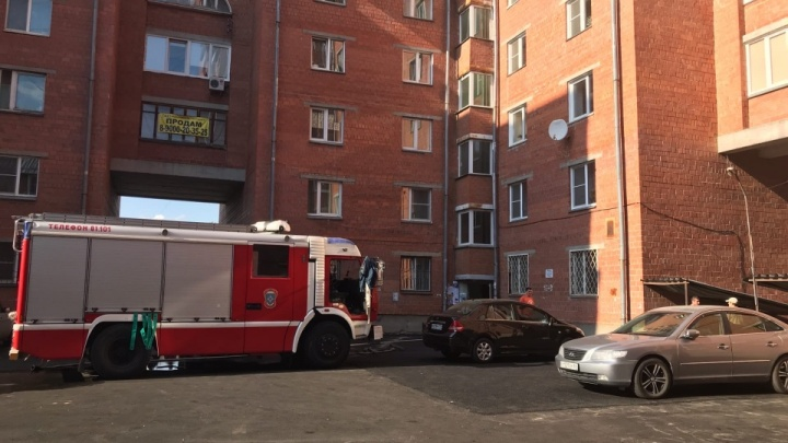 При пожаре на крыше дома в Челябинске погиб высотный рабочий, ремонтировавший кровлю