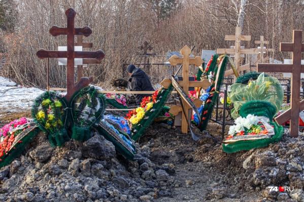 Рост смертности среди южноуральцев хорошо читается и по картине на кладбищах
