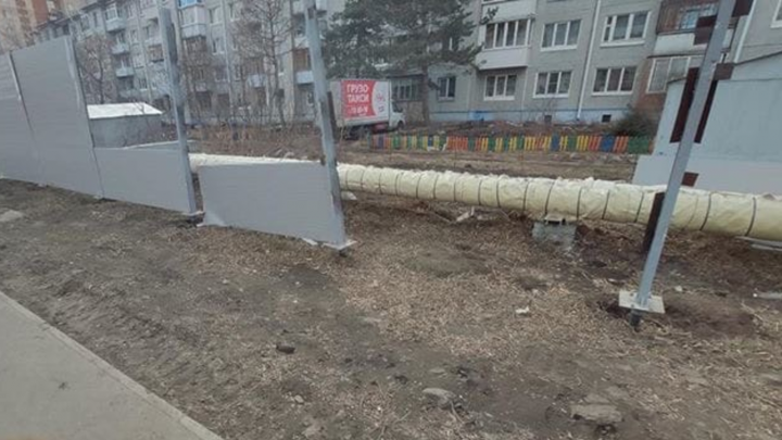 Неподалеку от омского аэропорта ветром снесло забор, установленный к приезду Путина
