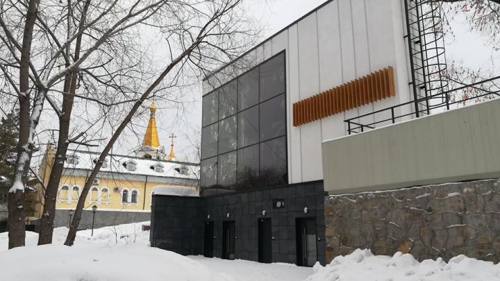 Битва за туалет: мэрия два года пытается отсудить у кафе общественную уборную в Нарымском сквере