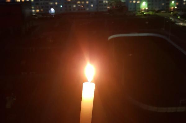 Достаточно было просто зажечь свечу и подойти к окну