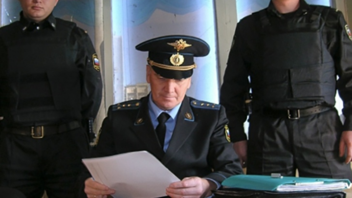 Сдал чиновник: пристав отобрал у волгоградца iPhone, выбивая 30 тысяч рублей