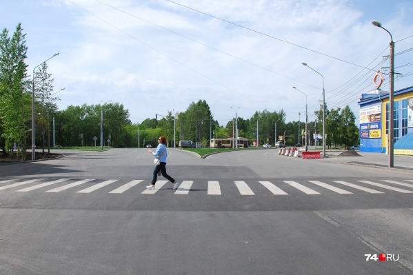 Пешеходный переход расположен в опасном месте: здесь идёт слияние потоков, а длина «зебры» невероятная