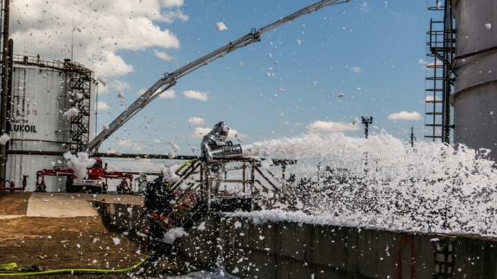 Чтобы без последствий, как в Норильске: спасатели ликвидировали разлив нефти на волгоградском заводе