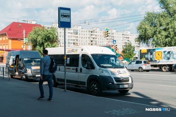 Сейчас при оплате банковской картой с пассажиров маршруток берут 25 рублей