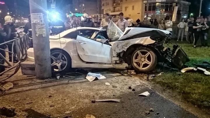 В Перми у ТРК «Семья» Mercedes врезался в столб