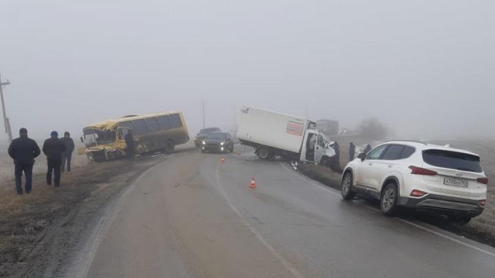 Автобус с шахтерами столкнулся с грузовиком на дороге под Гуково