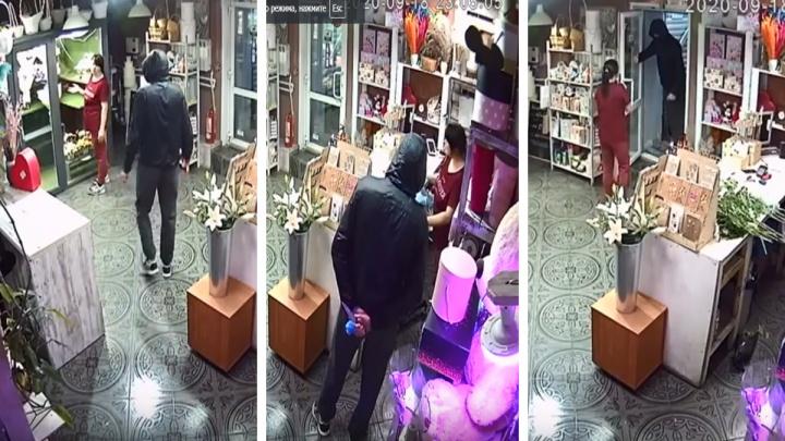 Мужчина с ножом напал на флориста в цветочном магазине Новосибирска — ограбление попало на видео