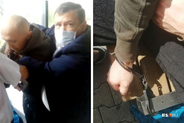 Охранники схватили посетителей торгового центра и приковали наручниками к лавочке