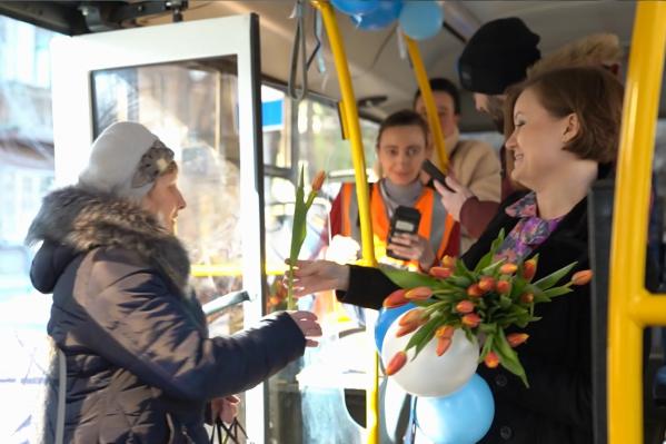 Поездка в автобусе № 34 для милых дам начиналась с поздравлений