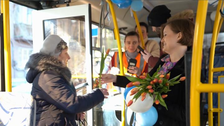 Вместо билетов — тюльпаны: «Самара Авто Газ» устроил праздник для пассажирок