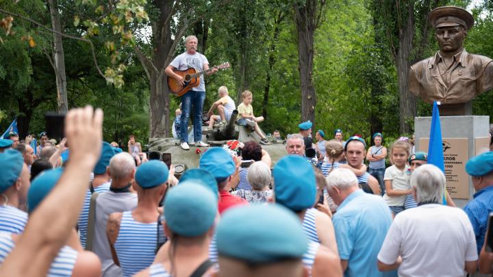 Несмотря на запрет: в Волгограде в парке Гагарина открыли аллею ВДВ