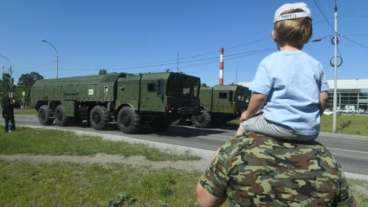 Дети вышли посмотреть на танки: как на Вторчермете проходит репетиция парада военной техники