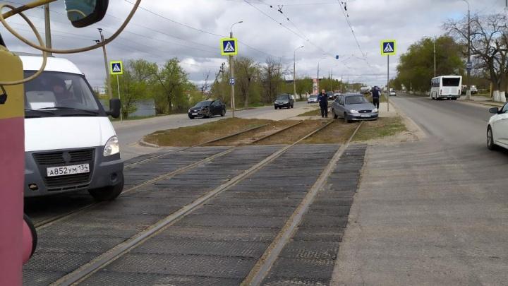 Выбил страйк: в Волгограде из-за столкновения двух иномарок остановились трамваи