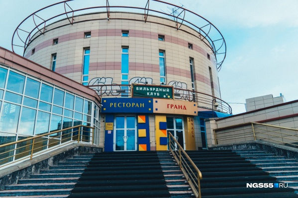 Когда-то здание было центром ночных развлечений: здесь располагались ночной клуб, рестораны и казино