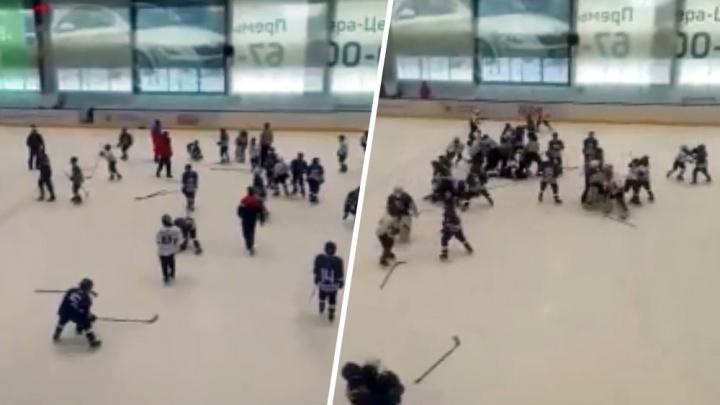Юные хоккеисты устроили массовую драку на матче в Тольятти