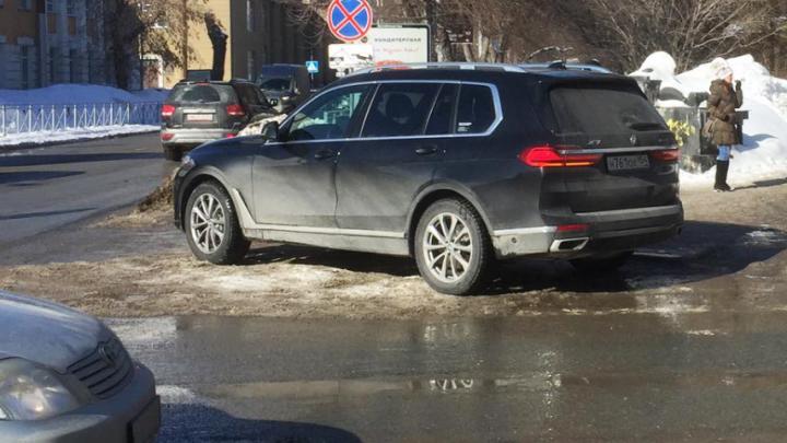 Чудаки недели: BMW X7 припарковался на встречке, а Camry ЕЕЕ захватила тротуар