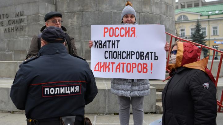 На площадь 1905 года в поддержку протестующих белорусов вышли пикетчики