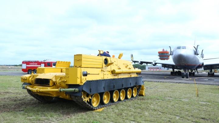«Омсктрансмаш» переделал бронетранспортёр в тягач для самолётов и доставил его в Шереметьево