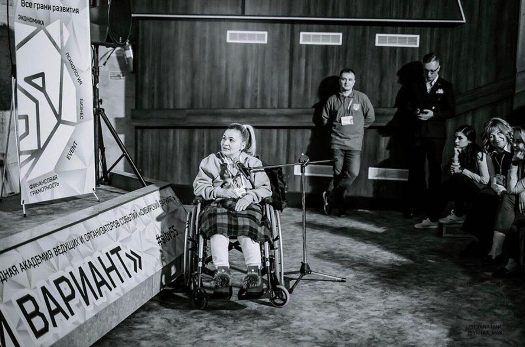 Лариса продолжила работать даже сидя в инвалидном кресле