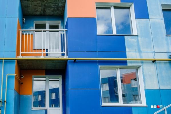 Новые дома яркие, но жить в них оказалось невозможно
