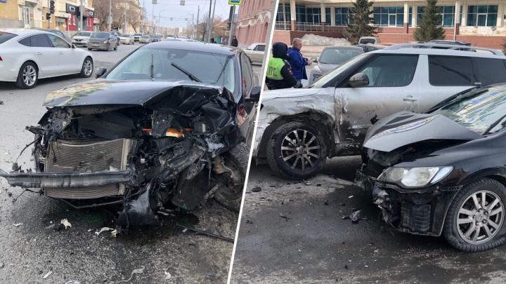 У Volvo нет морды, две иномарки вылетели на обочину: сильное дтп у «Евразии»