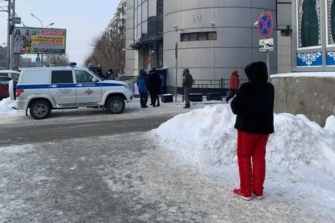В Новосибирске людей эвакуировали из торгового центра — там нашли подозрительную коробку