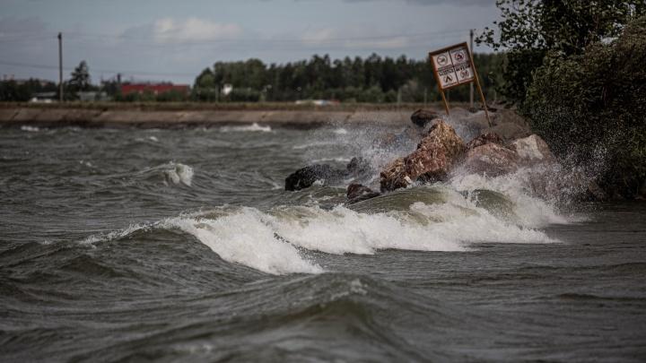 Штормит: на Новосибирск обрушился сильный ветер — на Обском шторм, в городе падают деревья