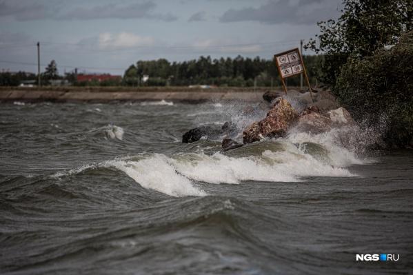 Еще вчера на Обском купались сотни людей, а сегодня здесь волны, как на самом настоящем море