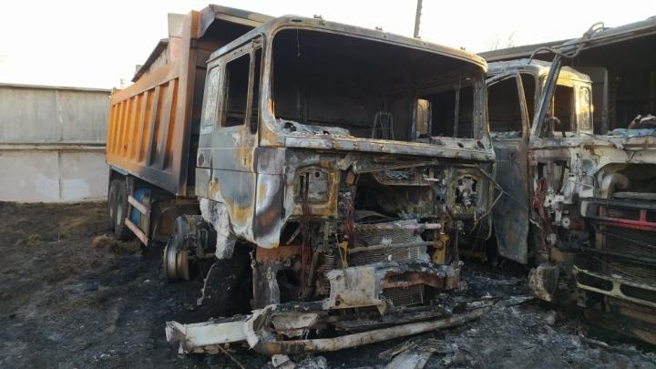 На закрытой стоянке в Большеречье полностью сгорели девять самосвалов