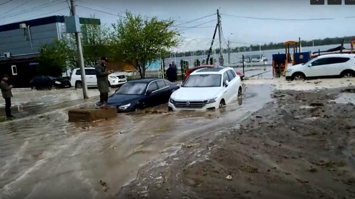 В Волгограде вместе с машинами затопило набережную на Тулака: фото и видео