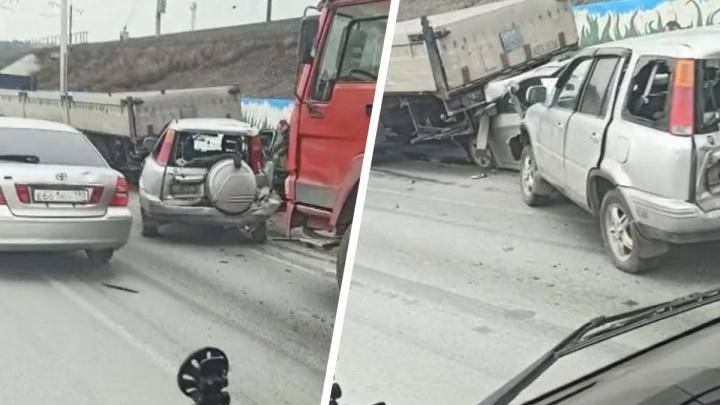 Влетел под грузовик: на Бердском шоссе три машины собрали пробку возле Нижней Ельцовки