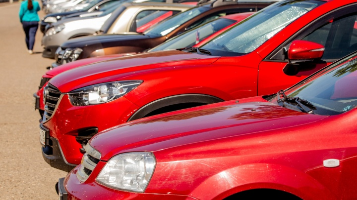 В Ярославле мать оставила двоих детей на жаре в машине у торгового центра