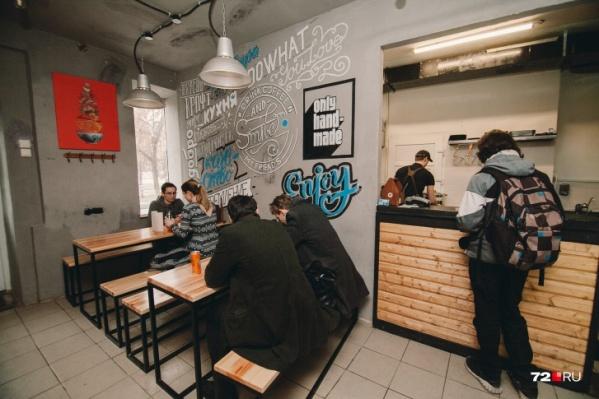 Рестораны и кафе Тюмени переживают на самые лучшие времена. Из-за китайского коронавируса люди стали реже посещать общепиты