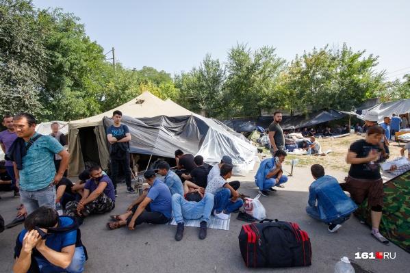 Палатки есть не у всех: многие спят на земле
