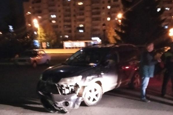 Машина, которой вчера давили людейу здания гостиницы «Славянская»